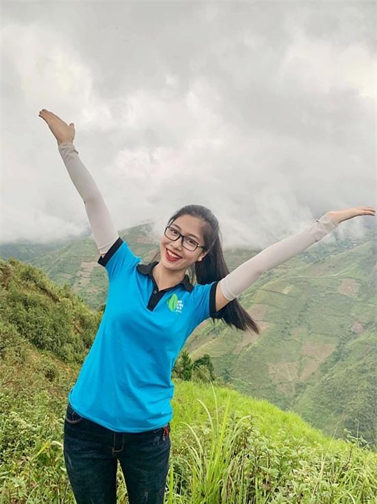 Nữ tiếp viên hàng không cũng tích cực hoạt động thiện nguyện. Cô gần đây tham gia dự án Hành trình ước mơ xanh, giúp làm đường, vận chuyển nước sạch cho người dân vùng cao Yên Bái.
