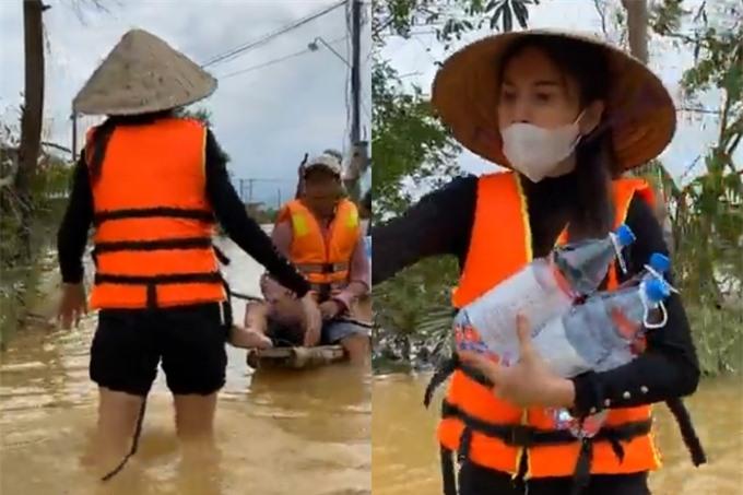 Ở những đoạn nước nông hơn, Thuỷ Tiên không ngại xắn quần, leo xuống thuyền để có thể bưng quà gửi bà con.