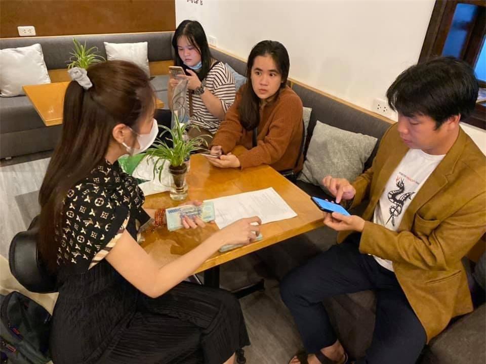 Nhiều nghệ sĩ khác cũng chung tay giúp đỡ người dân vùng lũ như MC Đại Nghĩa, hoa hậu Hhen Niê, diễn viên Tăng Thanh Hà, ca sĩ Mỹ Lệ...