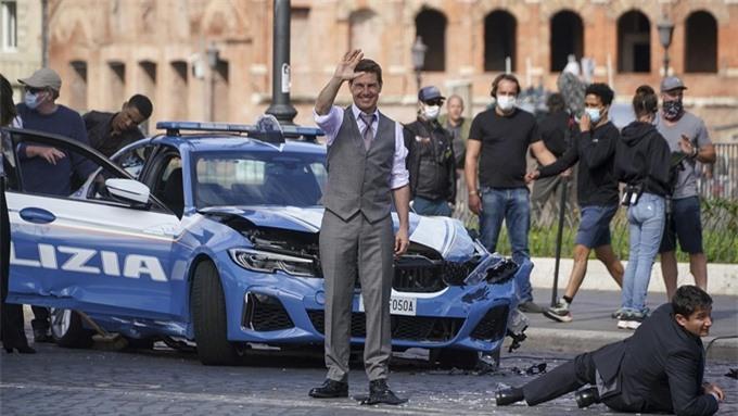 Hơn một tuần nay, Tom Cruise trở lại Rome quay phim Mission: Impossible 7. Sau khi đáp chuyến bay từ Na Uy, tài tử cùng toàn bộ đoàn phim kiểm tra Covid-29 hai lần trong vòng 48 tiếng, trước khi quay lại làm việc.