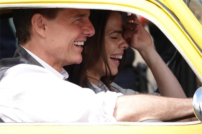 Trước đó vài ngày, Tom Cruise và Hayley Atwell cười vui vẻ khi đóng một cảnh trong xe hơi cổ màu vàng.