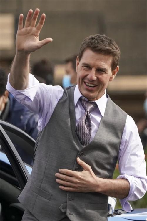 Tom Cruise phong độ khi đóng phim hành động ở tuổi U60. Trước khi tới Rome, tài tử từng được bắt gặp quay cảnh mạo hiểm trên nóc tàu hỏa đang chạy ở Na Uy. Sau bom tấn này, anh sẽ bắt tay vào bộ phim trị giá 200 triệu USD được quay ngoài vũ trụ.