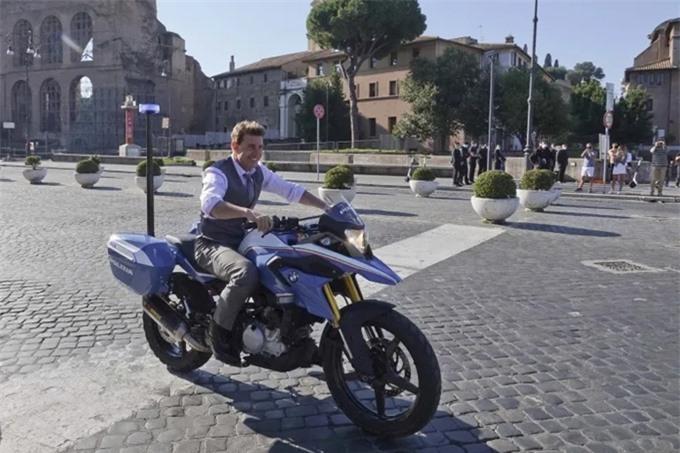 Tài tử 58 tuổi tỏ ra hào hứng với cảnh lái môtô trên đường phố thủ đô nước Anh.