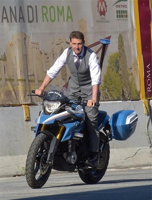 Anh cao hứng đứng dậy trên xe khi thực hiện cảnh rượt đuổi bằng môtô.