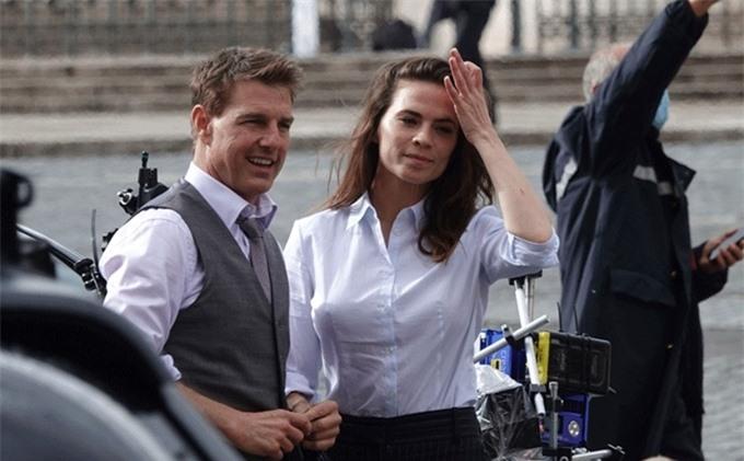 Tại London, Tom Cruise có nhiều cảnh diễn chung với Hayley Atwell - nữ diễn viên kém anh 20 tuổi. Cô đóng một vai mới trong phần 7 của Mission: Impossible (Điệp vụ bất khả thi), hiện được giữ bí mật về thân phận.