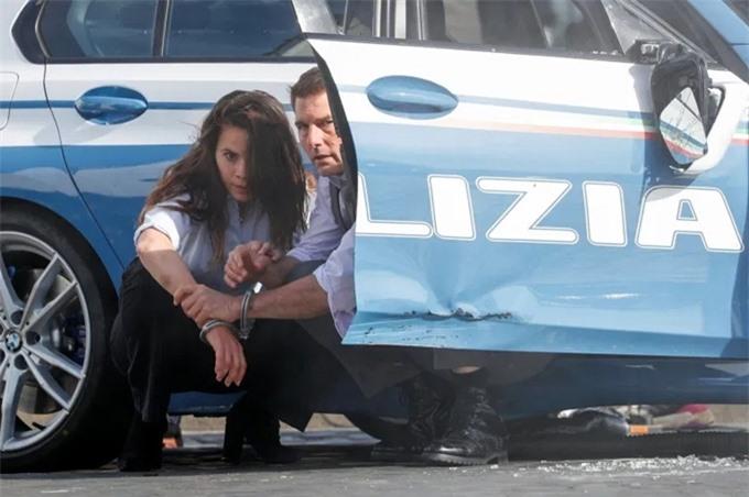 Tom và Hayley bước ra từ xe cảnh sát, có vẻ đang bị truy đuổi. Sau đó, họ bị còng tay chung. Trước trước, một người ngất xỉu vì bị đâm trúng. Rất nhiều ôtô đậu xung quanh phục vụ việc quay phim.