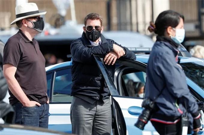 Những lúc dừng quay, Tom Cruise đeo khẩu trang để phòng dịch. Trước đó tại Na Uy, tài tử được cho là chi gần 652.900 USD thuê một con tàu trên sông cho êkíp Mission: Impossible 7, để đảm bảo an toàn sức khỏe cho đoàn phim và tránh tiến độ quay bị chậm trễ. Trước đó, Tom đã rất không vui khi phim phải chạy dịch khỏi Itlay hồi tháng 2 và dừng quay vì sự cố nổ xe hồi tháng 8.