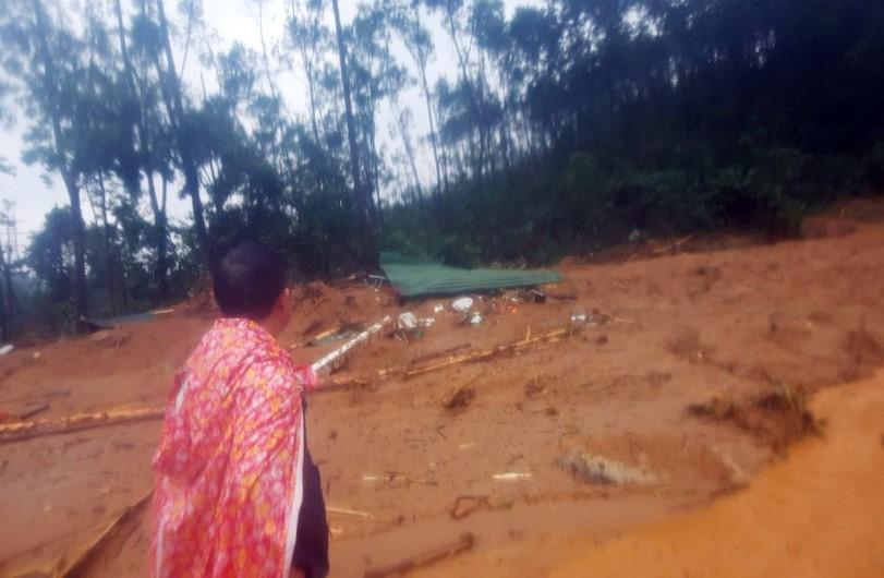 hiện trường tại Trạm quản lý bảo vệ rừng Tiểu khu 67 đã bị một lượng đất đá rất lớn san bằng một diện tích rất rộng.