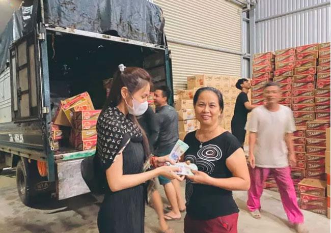 Thủy Tiên đang hỗ trợ cho những người dân vùng lũ. (Ảnh: Nhân vật cung cấp)