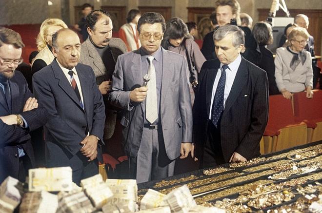 Gdlyan và Ivanov (từ trái sang) tại cuộc họp báo công bố số tiền, vàng bị tịch thu, 1988.