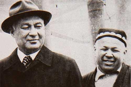Sharaf Rashidov (trái) và Akhmazon Adylov, hai kẻ thao túng ngành bông Uzbekistan.