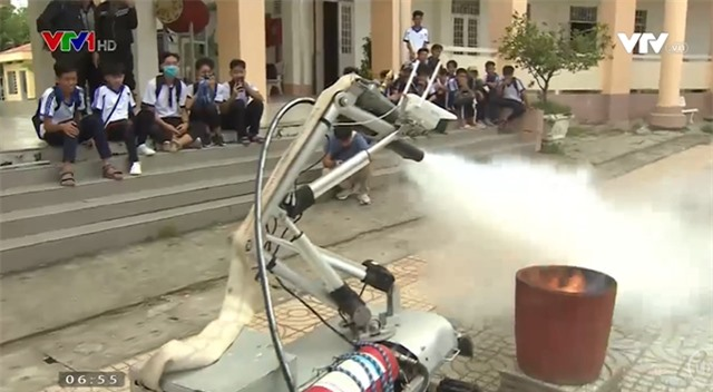 Nhóm học sinh cấp 3 sáng chế robot cứu hỏa - Ảnh 1.