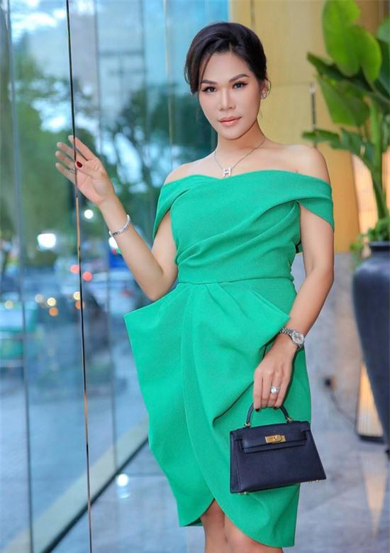 Hoa khôi Doanh nhân Hương Hoàng khoe vai trần khi dự sự kiện của Dương Triệu Vũ.