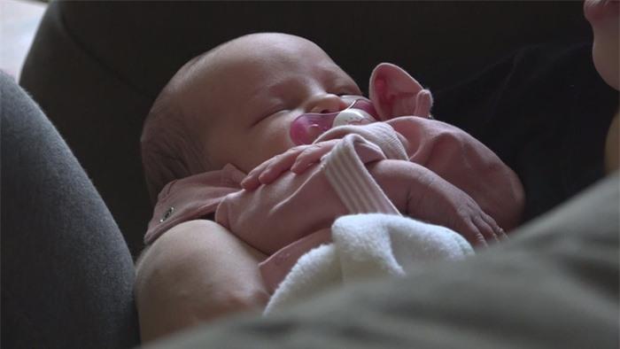 Cặp vợ chồng chào đón cô con gái đầu tiên sau khi sinh hạ 14 con trai - Ảnh 1.