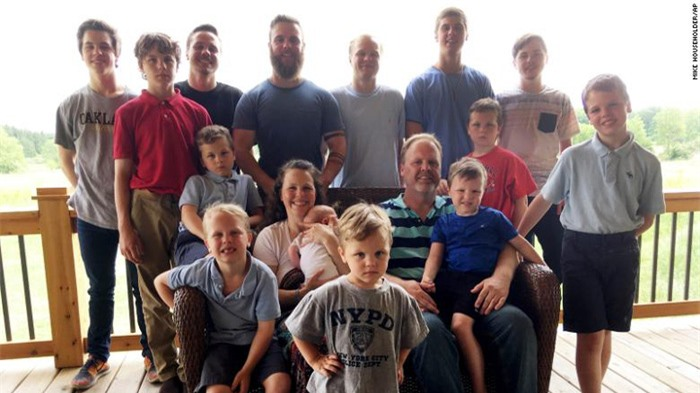 Gia đình chào đón cô con gái đầu tiên sau khi có 14 cậu con trai - Ảnh 2.