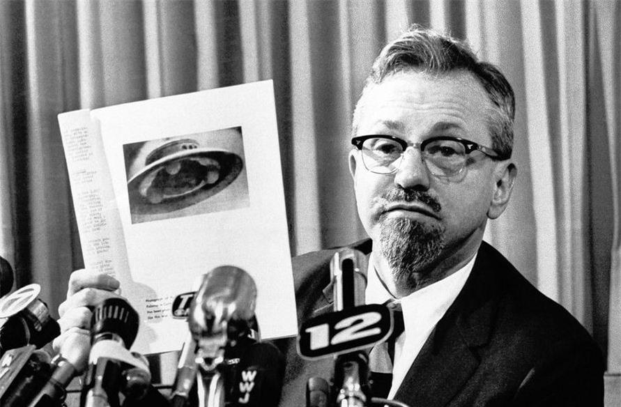 J. Allen Hynek trong một cuộc họp báo vào năm 1966. Ảnh: AP.
