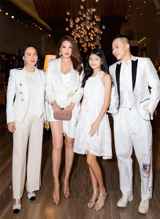 Trương Ngọc Ánh đưa con gái Bảo Tiên đi tiệc thôi nôi con của một người bạn. Vũ Khắc Tiệp và Phượng Chanel cũng được mời dự sự kiện này.