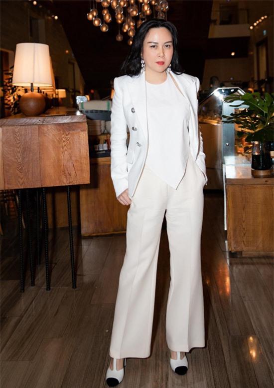 Bạn gái của diễn viên Quách Ngọc Ngoan mặc áo yếm kết hợp vest và quần tây, giày cao gót ton-sur-ton trắng.