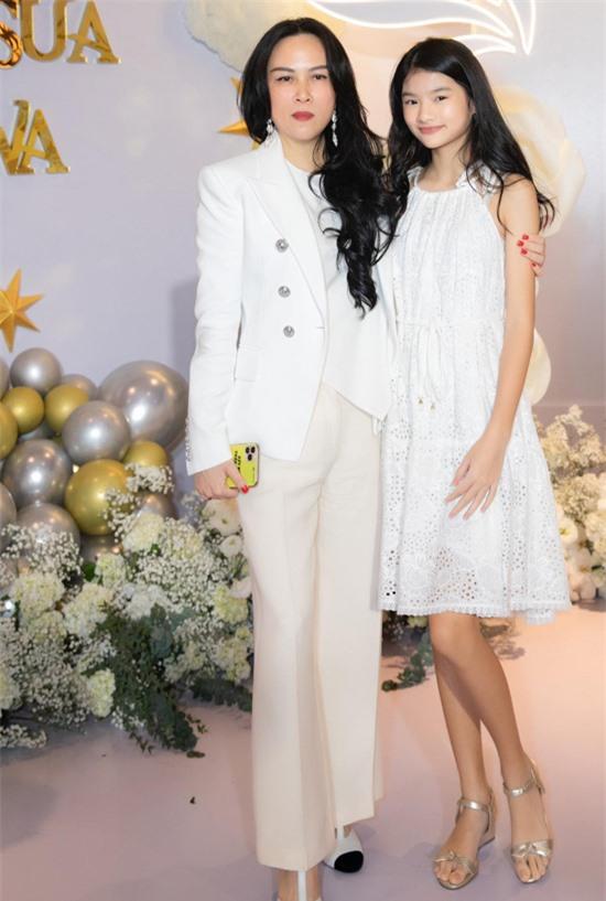 Con gái Trương Ngọc Ánh đã ra dáng thiếu nữ, càng lớn càng xinh xắn. Bảo Tiên có gương mặt giống bố Trần Bảo Sơn và thừa hưởng chiều cao nổi trội từ mẹ.
