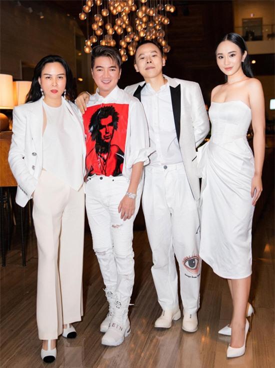 Mr Đàm nổi bật với áo sơmi họa tiết ấn tượng. Anh là bạn thân của Phượng Chanel, Vũ Khắc Tiệp. Hoa hậu Thế giới người Việt tại Pháp 2019 Trần Vũ Hương Trà (ngoài cùng bên phải) khoe vai trần với thiết kế cúp ngực.