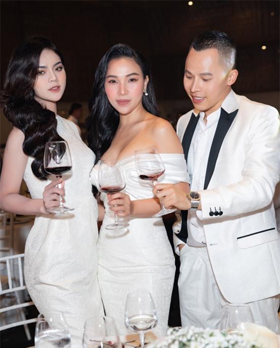 Diễn viên, người mẫu Thái Trà My (ngoài cùng bên trái) nâng ly cùng đàn chị Quỳnh Thư và ông bầu Vũ Khắc Tiệp.
