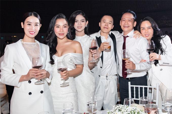 Á hậu Áo dài Minh Phương (ngoài cùng bên trái) và ca sĩ Duy Mạnh (thứ hai từ phải qua) góp mặt trong dàn khách mời với trang phục trắng.