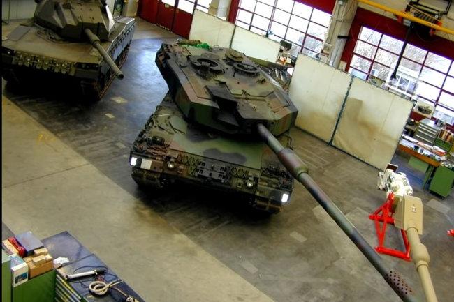 Dễ nhận thấy khẩu pháo tăng cỡ 140 mm có kích thước lớn hơn hẳn loại 120 mm tiêu chuẩn. Ảnh: Topwar.
