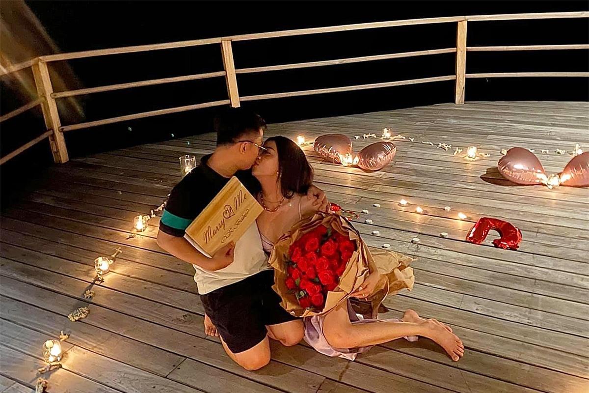 Cả hai dành cho nhau nụ hôn ngọt ngào. Đông đảo bạn bè thân thiết: hoa hậu Tiểu Vy, Ngân Anh, Lương Thuỳ Linh, á hậu Diễm Trang... gửi lời chúc mừng cặp đôi.