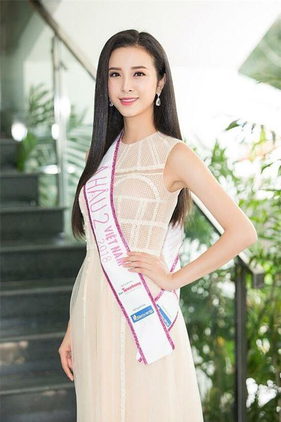 Nguyễn Thị Thuý An sinh năm 1997, quê Kiên Giang và là á hậu 2 Hoa hậu Việt Nam 2018. Người đẹp tiết lộ chồng sắp cưới hơn 10 tuổi, cũng là mối tình đầu. Họ quen nhau khi Thuý An là sinh viên năm nhất đại học Hutech. Trong khi đó, một nửa của cô là Tiến sĩ, sống ở 12 năm và hiện trở về Việt Nam tiếp quản công việc kinh doanh của gia đình.
