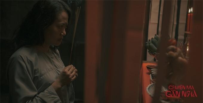 Cùng với poster đầu tiên, tạo hình và những hình ảnh đầu tiên của một số diễn viên trong phim cũng được hé lộ. NSƯT Hồng Ánh xuất hiện bí ẩn với cảnh thắp hương.