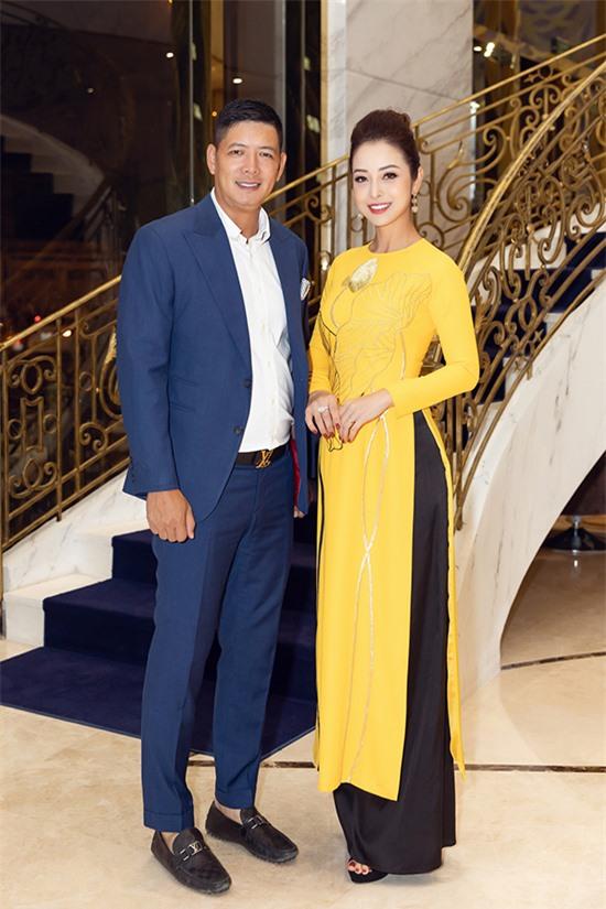 Gần một năm mới có dịp hội ngộ, cùng làm MC với nhau nên cả Bình Minh và Jennifer Phạm đều thấy thích thú. Nam MC diện suit phong cách lịch lãm trong khi Hoa hậu châu Á tại Mỹ 2006 nền nã với áo dài của NTK Thuỷ Nguyễn.