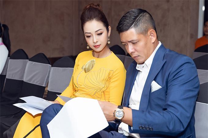 Hai MC nghiên cứu kịch bản kỹ lưỡng trước khi chương trình bắt đầu. Jennifer Phạm và Bình Minh đều là những MC hàng đầu, được khán giả yêu thích từ nhiều năm nay.