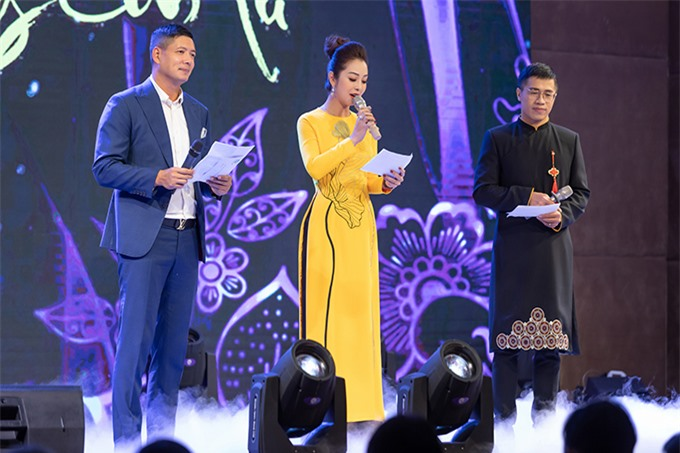 Đồng hành cùng Bình Minh và Jennifer Phạm còn có MC Quốc Bình (bìa phải).