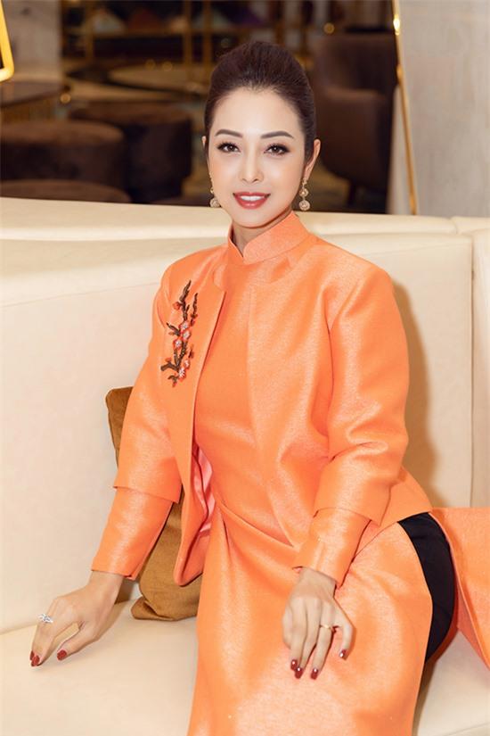 Jennifer Phạm luôn chỉn chu về vẻ bề ngoài mỗi lần xuất hiện. Tại sự kiện tối 13/11, hoa hậu thay ba bộ áo dài của NTK Thuỷ Nguyễn.