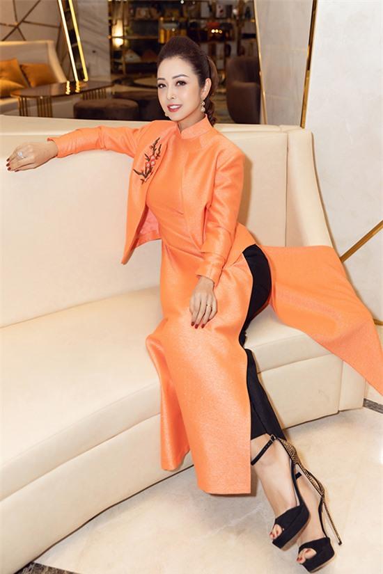 Thiết kế cách tân với áo khoác cùng chất liệu giúp Jennifer Phạm trông trẻ trung, sành điệu hơn khi diện trang phục truyền thống.