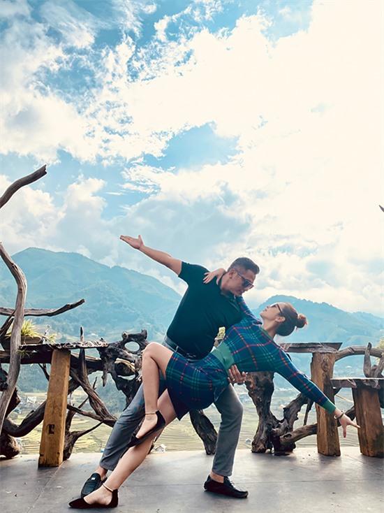 Doanh nhân Đức Hải dìu bước bà xã khi cùng khiêu vũ trong chuyến du lịch Mù Cang Chải mùa lúa chín hồi tháng 9.