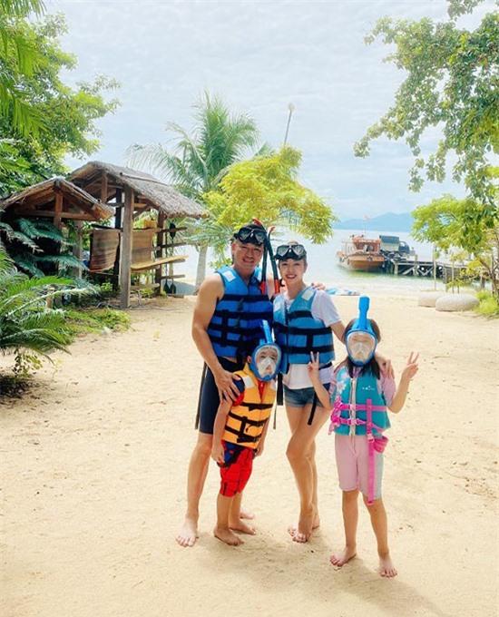 Gia đình Jennifer Phạm cùng nhau lặn biển, ngắm san hô. Bé Nu và bé Na đều thích thú khám phá thiên nhiên, nô đùa trong bể bơi thuộc khuôn viên villa khi đi nghỉ cuối tuần cùng bố mẹ.
