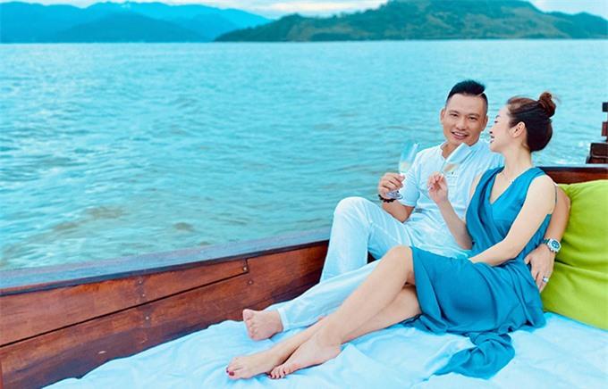 Hoa hậu và ông xã, doanh nhân Đức Hải cũng có những khoảnh khắc lãng mạn khi cùng nhau uống champagne, ngắm hoàng hôn trên biển.