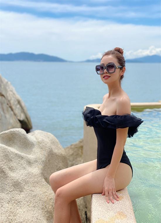 Mê đắm cảnh sắc thiên nhiên của vịnh Ninh Vân, Jennifer Phạm còn mang theo nhiều bộ bikini để chụp ảnh kỷ niệm. Doanh nhân Đức Hải không ngại lăn xả tác nghiệp để phục vụ sở thích của vợ.