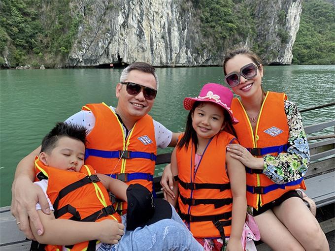 Hồi đầu tháng 5, vợ chồng Jennifer Phạm đưa các con đi nghỉ dưỡng trên du thuyền sang trọng tại Vịnh Hạ Long.