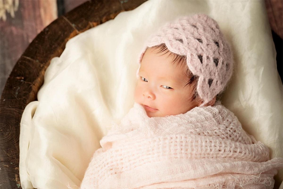 Pha Lê chụp bộ ảnh kỷ niệm cho con nhân dịp nhóc tỳ tròn một tháng tuổi.