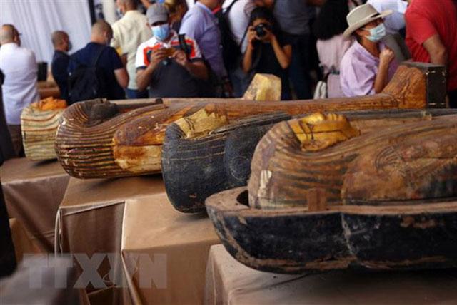 Những quan tài bằng gỗ hơn 2.500 năm tuổi được khai quật tại tại khu nghĩa trang Saqqara phía Nam thủ đô Cairo, Ai Cập, ngày 3/10/2020. (Ảnh: THX/TTXVN)