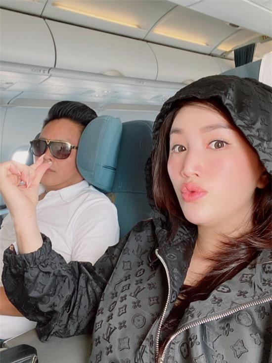 Từ sáng sớm, đôi vợ chồng di chuyển bằng máy bay và xe đưa đón về khu du lịch. Bảo Thy nhí nhảnh chụp ảnh ông xã Phan Lĩnh trong lúc anh thiếp ngủ.