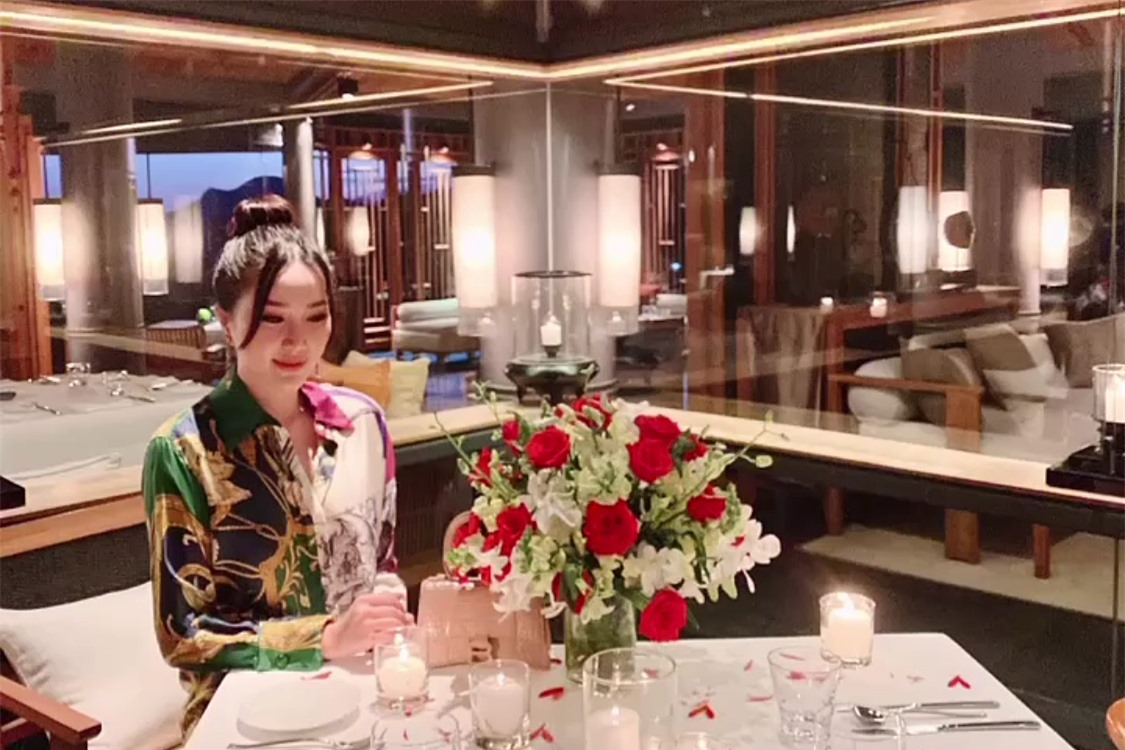 Buổi tối cùng ngày, đôi vợ chồng tận hưởng một buổi tối lãng mạn bên nhau.