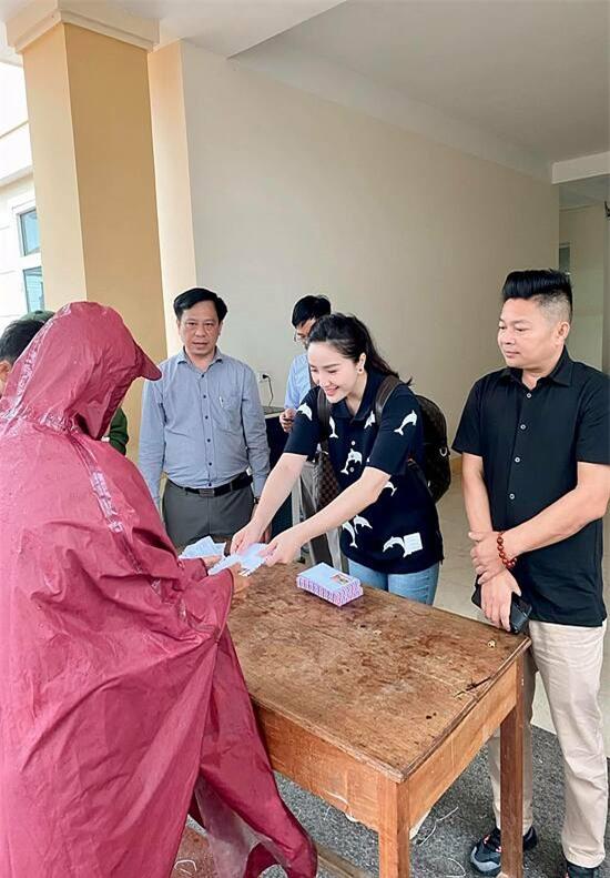 Mới đây, vợ chồng Bảo Thy về Hà Tĩnh tham gia công tác thiện nguyện, giúp đỡ bà con vượt qua khó khăn sau bão lũ.