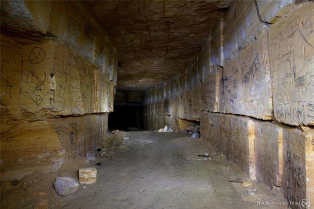 Bí ẩn rùng rợn bên trong hầm mộ mê cung Odessa của Ukraine: Bữa tiệc nhỏ đêm giao thừa - Ảnh 2.