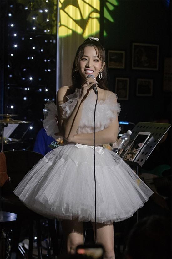 Puka diện váy công chúa, khoe nhan sắc ngọt ngào.
