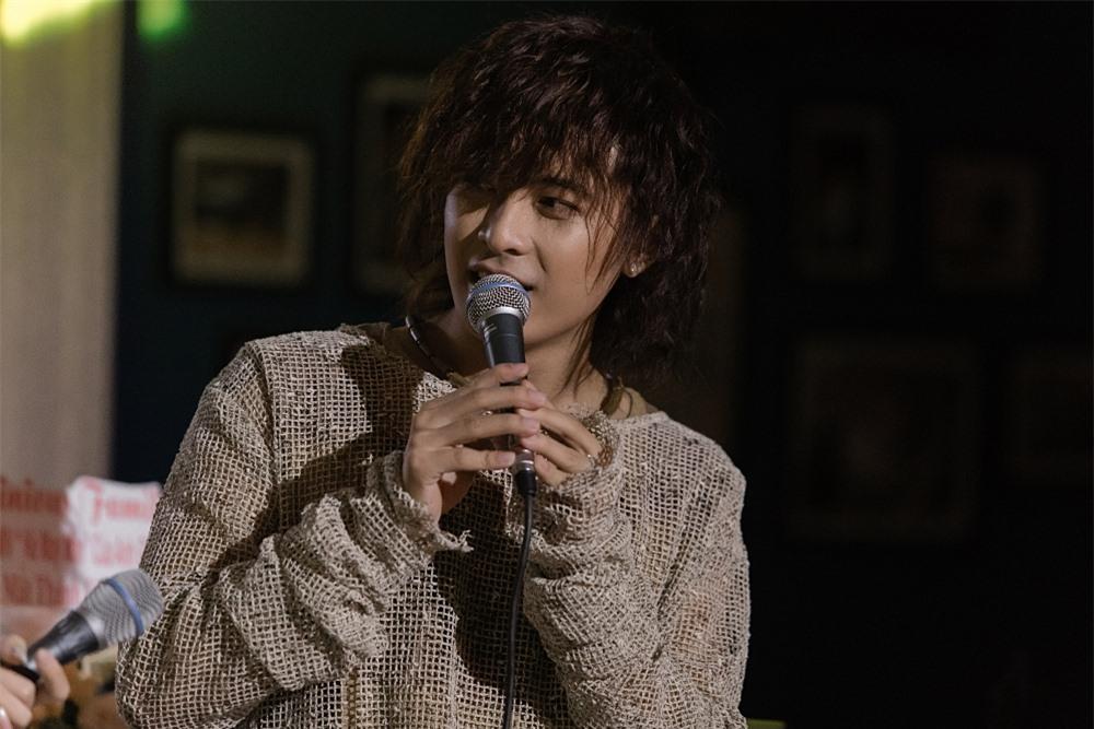 Chủ nhân đêm nhạc trình diễn live loạt ca khúc: Kẻ may mắn, Không thể yêu ai được nữa, Gương mặt lạ lẫm...