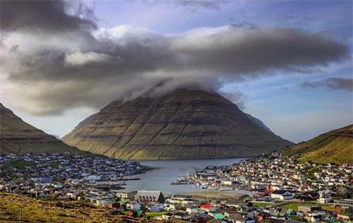 Thành phố xinh đẹp bên ngọn núi hình kim tự tháp - 3