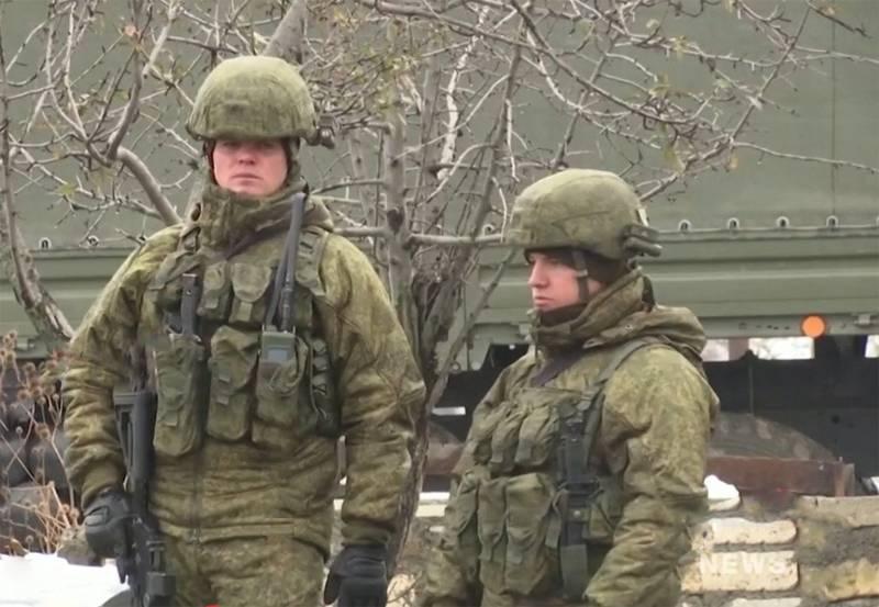 Lính gìn giữ hòa bình Nga với súng trường tấn công AK-12. Ảnh: Topwar.